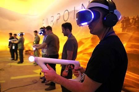 Besucher spielen Farpoint mit der Sony PlayStation VR auf der Electronic Entertainment Expo (E3) in Los Angeles. Foto: Mike Nelson/epa/dpa