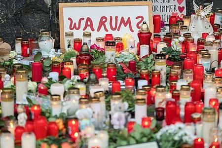 Vor der Porta Nigra haben Menschen zum Gedenken an die Opfer der Amokfahrt vom 01.12.2020 Kerzen aufgestellt. Foto: Oliver Dietze/dpa