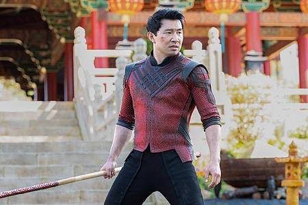 Simu Liu als Shang-Chi in einer Szene des Films «Shang-Chi and the Legend of the Ten Rings». Foto: Jasin Boland/Disney Studios/Marvel Studios/dpa