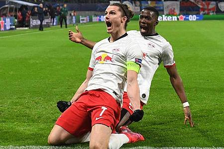Leipzigs Marcel Sabitzer (l) jubelt mit Nordi Mukiele nach seinem Treffer zum 1:0. Foto: Hendrik Schmidt/dpa-Zentralbild/dpa