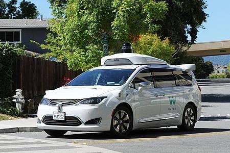 Ein selbstfahrendes Auto der Google-Schwesterfirma Waymo. Foto: Andrej Sokolow/dpa
