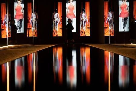 Mit einer Schau über die Modefotografie der 1990er-Jahre hat die von Claudia Schiffer kuratierte Ausstellung nicht nur der Supermodel-Ära und sich selbst ein Denkmal gesetzt. Foto: Federico Gambarini/dpa
