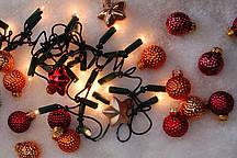 Lichterkette mir Weihnachtskugeln