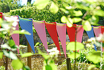 Bunte Wimpel im Garten