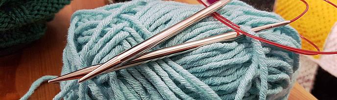 Wolle mit Stricknadeln für Socken