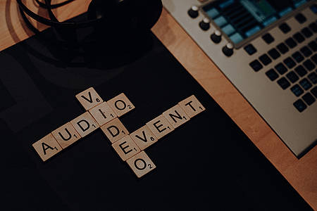Audio Video Event aus Scrabble-Steinen