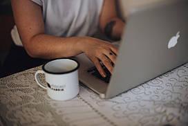 Frau tippt auf einem Laptop