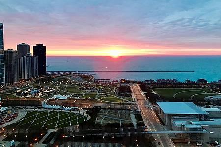 Lake Michigan mit Sonnenuntergang und Häsuern