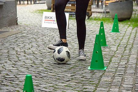 Frau kickt Fußball