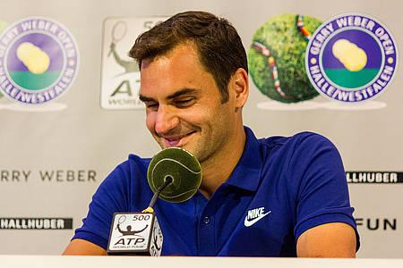 Roger Federer vor Pressewand der Gerry Weber Open