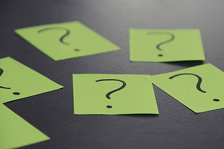 Fragezeichen auf grünen Zetteln