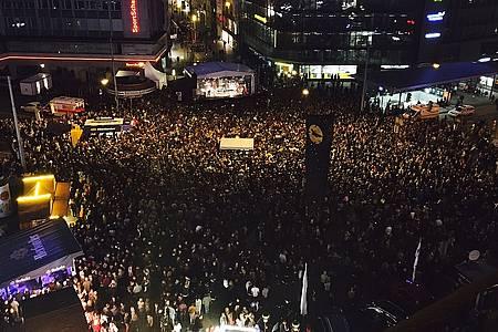 Tausende Menschen auf dem Jahnplatz
