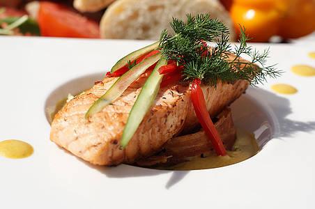 Teller mit einem Lachsgericht