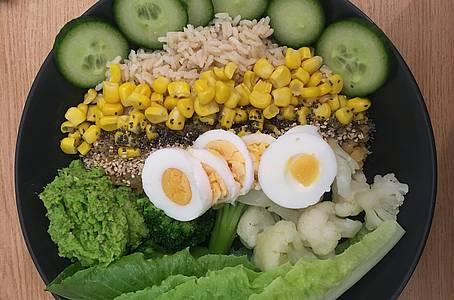Bowl mit Reis, Mais und Ei