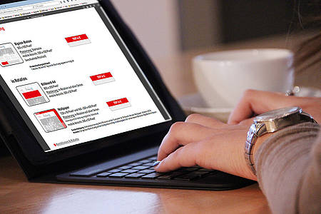 Frau recherchiert am Laptop nach Möglichkeiten der Onlinewerbung auf radiobielefeld.de
