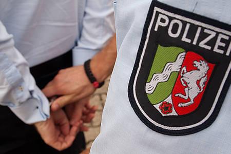 Polizist nimmt einen Mann fest