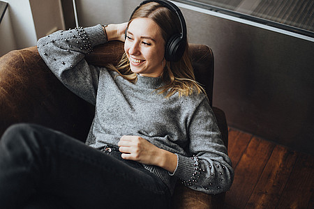 Frau hört Webradio