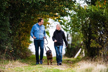 Tim mit Hund Slash beim Spaziergang