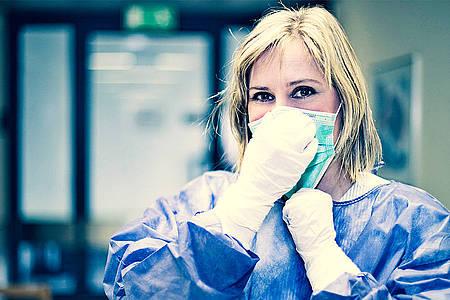 Krankenpflegerin in Schutzkleidung gegen Corona