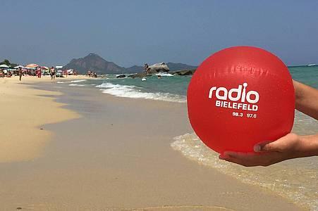 Wasserball am Strand