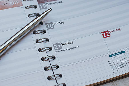 Kalenderblatt mit Kugelschreiber drauf