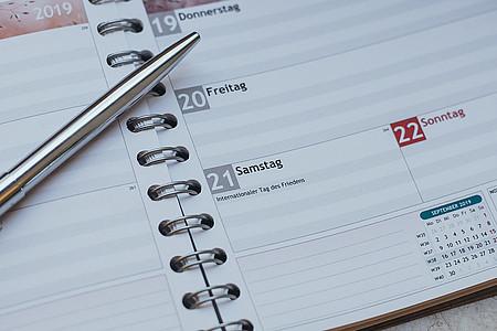 Kalenderblatt mit Kugelschreiber