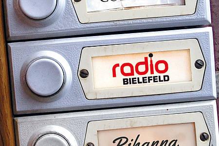 Klingelschild mit Radio Bielefeld