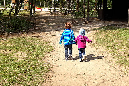 Kinder gehen spazieren