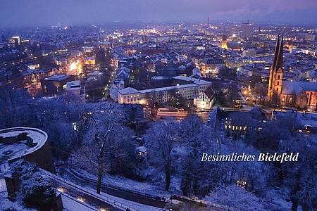 Bielefeld im dunklen von oben verschneit